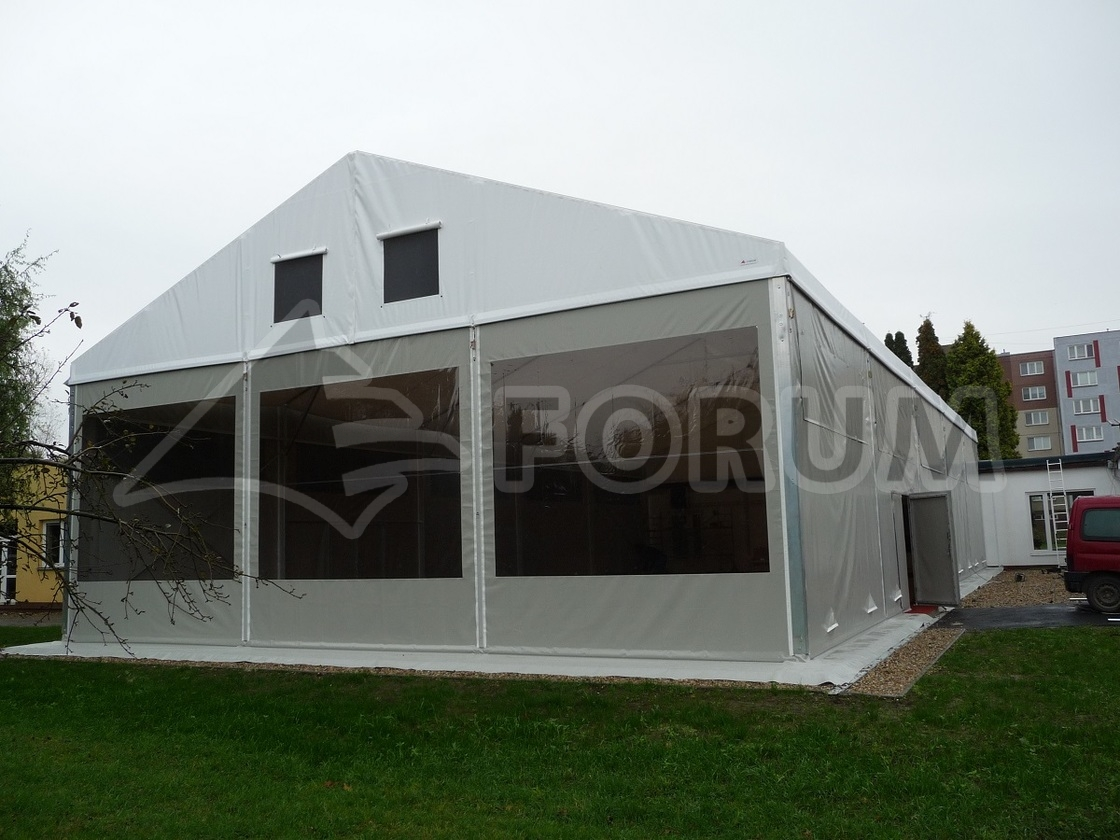 Sportoviště pod stanovou halou.